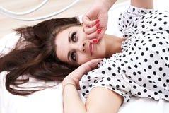 Brunette en su cama Fotografía de archivo libre de regalías