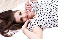 Brunette en su cama Fotografía de archivo