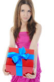 Brunette encantador con un rectángulo de regalo. Imagen de archivo