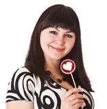 Brunette encantador de la muchacha con el caramelo de azúcar Imagen de archivo libre de regalías
