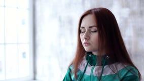 Brunette Entspannung vor Training stock video footage