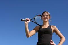 Brunette felice che gioca tennis Fotografia Stock