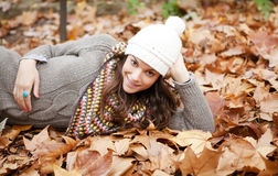 Brunette feliz no outono foto de stock royalty free