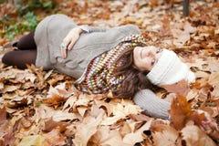 Brunette feliz no outono fotografia de stock