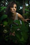 Brunette fragile che propone in una foresta Immagine Stock