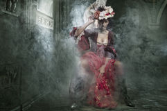 Brunette fragile che si siede in un vestito dall'annata fotografie stock