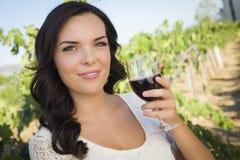Brunette-Frau, die ein Glas Wein im Weinberg genießt Stockfotos