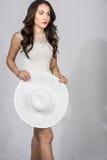 Brunette-Frau im Weiß Stockfotografie