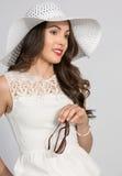 Brunette-Frau im Weiß Stockfotos