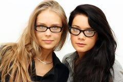 Brunette gegen Blondine Stockfotografie