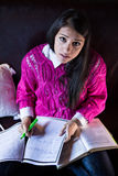 Ελκυστική ανάγνωση σπουδαστών γυναικών brunette που μελετά girly στο δωμάτιό της Στοκ φωτογραφίες με δικαίωμα ελεύθερης χρήσης