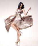 Brunette in golvende kleding Stock Afbeelding