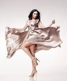 Brunette in golvende kleding Stock Foto's