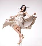 Brunette in golvende kleding Royalty-vrije Stock Foto