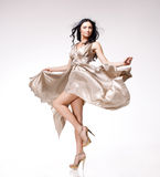 Brunette in golvende kleding Royalty-vrije Stock Afbeelding