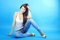 Brunette gracioso bonito da menina com cabelo longo Imagens de Stock