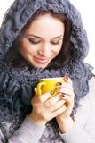 Brunette grazioso con una tazza gialla di tè caldo Fotografia Stock