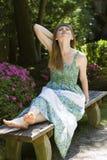 Brunette in groene witte kleding royalty-vrije stock foto's