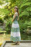 Brunette in groene witte kleding royalty-vrije stock fotografie