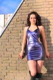 Brunette hermoso, atractivo que desgasta la alineada púrpura Imagen de archivo