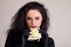 Brunette hermoso con el brote de una rosa blanca Foto de archivo libre de regalías