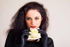 Brunette hermoso con el brote de una rosa blanca Fotografía de archivo