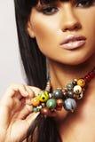 Brunette hermoso con el collar Imágenes de archivo libres de regalías