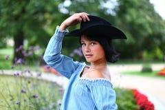 Brunette hermoso con el sombrero negro Fotografía de archivo