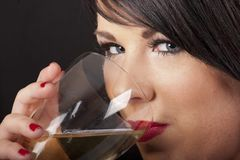 Brunette hermoso con el vino Imágenes de archivo libres de regalías