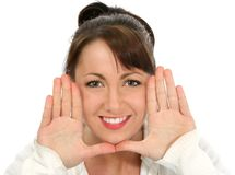 Brunette hermoso con las manos al lado de la cara Foto de archivo