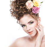 Brunette hermoso de la chica joven con el pelo rizado largo Fotografía de archivo libre de regalías