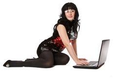 Brunette hermoso de la muchacha con la computadora portátil. Fotografía de archivo libre de regalías