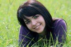 Brunette hermoso en un campo herboso (2) Foto de archivo
