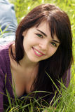 Brunette hermoso en un campo herboso (4) Imagen de archivo libre de regalías