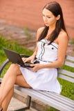 Brunette hermoso joven con negro Fotos de archivo libres de regalías