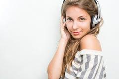 Brunette hermoso sumergido en la música, sonriendo Foto de archivo