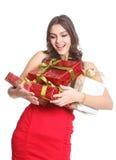 Brunette heureux avec les cadeaux enfermés dans une boîte dans sa main Photographie stock