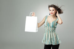 Brunette holding shopping bag Royalty Free Stock Images