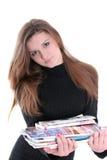 Brunette-Holding-Zeitschriften Stockbild