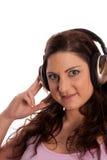 Brunette in hoofdtelefoons het luisteren muziek royalty-vrije stock afbeeldingen