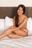 Brunette im Bett Stockfotos