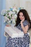 Brunette im blauen weißen Kleid Lizenzfreie Stockfotografie