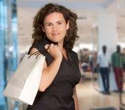 Brunette im Einkaufszentrum Stockbild