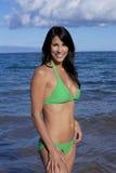 Brunette im grünen Bikini Lizenzfreie Stockbilder