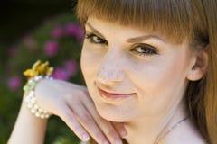 Brunette im grünen weißen Kleid Lizenzfreies Stockfoto