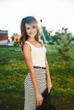 Brunette im Hut mit großen Feldern Lizenzfreies Stockfoto
