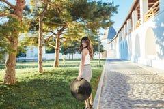 Brunette im Hut mit großen Feldern Lizenzfreie Stockfotos