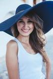 Brunette im Hut mit großen Feldern Stockfotografie