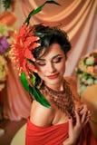 Brunette im Rot mit kreativem Make-up Lizenzfreies Stockbild