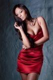 Brunette im roten Abendkleid Stockfoto